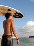 Ondas que esperan del individuo de la persona que practica surf para Imagen de archivo