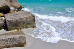 Ondas que espirram blocos da ecologia: Quebra-mar em Austrália Foto de Stock Royalty Free