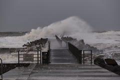 Ondas que golpean contra el embarcadero durante la tormenta en Nr Vorupoer en la costa de Mar del Norte imagenes de archivo