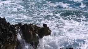 Ondas que golpean en la playa
