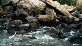 Ondas que golpean la orilla Las ondas de la belleza que salpican en el mar de la costa del río agitan golpeando la costa, cámara  almacen de metraje de vídeo