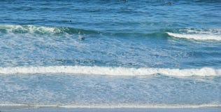 Ondas que hacen espuma del paraíso de las personas que practica surf Imágenes de archivo libres de regalías