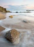 Ondas que lavam sobre algumas rochas litorais Fotografia de Stock