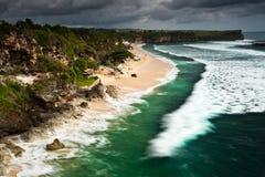 Ondas que machacan en la playa de Balangan en Bali Fotos de archivo