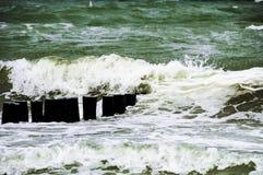 Ondas que machacan en la playa en Warnemunde Rostock Alemania Foto de archivo