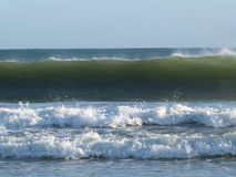 ONDAS QUE PRACTICAN SURF de Océano Atlántico Imagenes de archivo