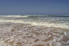 Ondas que quebram em um litoral Imagens de Stock
