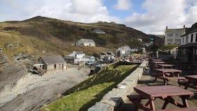 Ondas que quebram na costa das rochas da bandeja BRITÂNICA de Inglaterra da costa de Cornualha Trebarwith para costear a vila filme