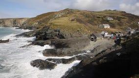 Ondas que quebram na costa das rochas da bandeja BRITÂNICA de Inglaterra da costa de Cornualha Trebarwith para costear a vila vídeos de arquivo