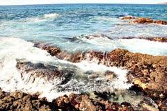Ondas que quebram na costa de mar das Ilhas Canárias com espuma Fotos de Stock Royalty Free