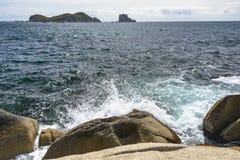Ondas que quebram nas rochas Fotos de Stock