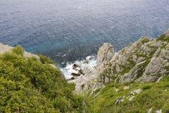 Ondas que quebram nas rochas Fotografia de Stock Royalty Free