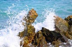 Ondas que quebram nas rochas Imagem de Stock