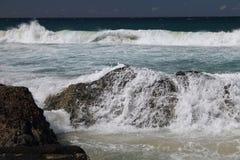 Ondas que quebram sobre as rochas em Currumbin, Queensland, Foto de Stock