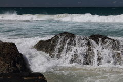 Ondas que quebram sobre as rochas em Currumbin, Queensland, Fotografia de Stock Royalty Free
