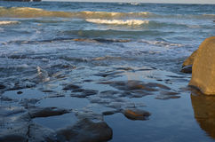 Ondas que quebram sobre rochas Foto de Stock Royalty Free