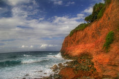 Ondas que rompen la costa Imagen de archivo libre de regalías