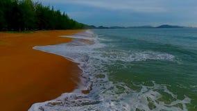 Ondas que rompen la playa
