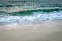 Ondas que ruedan abajo la orilla Imagen de archivo libre de regalías
