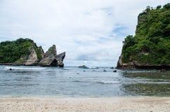 Ondas que ruedan adentro en la playa de Atuh, Nusa Penida Imágenes de archivo libres de regalías