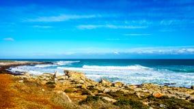 Ondas que ruedan encendido a la línea de la playa de la costa de Océano Atlántico en Cabo de Buena Esperanza Foto de archivo libre de regalías