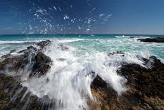 Ondas que salpican en el Fuerteventura Foto de archivo libre de regalías