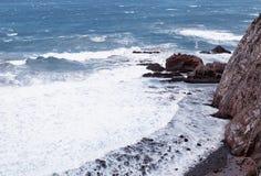 Ondas que se estrellan contra rocas en la orilla de mar Fotografía de archivo libre de regalías