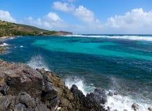 Ondas que se estrellan contra rocas en las islas de barlovento Fotografía de archivo