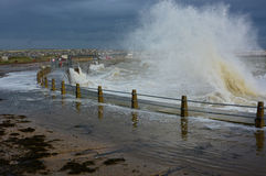 Ondas que se estrellan de un mar tempestuoso Foto de archivo