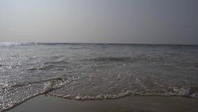 Ondas que se estrellan en ángulo bajo de la costa almacen de video