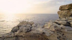 Ondas que se estrellan en costa de mar almacen de metraje de vídeo