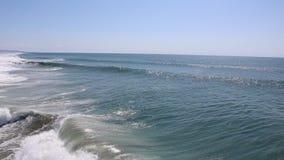 Ondas que se estrellan en el océano metrajes