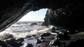 Ondas que se estrellan en el ` s Mounth de la cueva imagenes de archivo