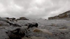 Ondas que se estrellan en la cámara en Elgol - isla de Skye almacen de metraje de vídeo
