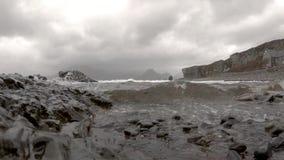 Ondas que se estrellan en la cámara en Elgol - isla de Skye almacen de video