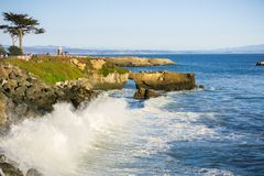 Ondas que se estrellan en la línea de la playa rocosa de la Costa del Pacífico; Santa Cruz, California Imagen de archivo