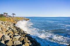 Ondas que se estrellan en la línea de la playa rocosa de la Costa del Pacífico; Santa Cruz, California Fotos de archivo