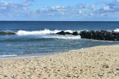 Ondas que se estrellan en la playa en la rama larga, NJ -1 foto de archivo