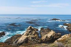 Ondas que se estrellan en las rocas cerca de Monterey California foto de archivo libre de regalías