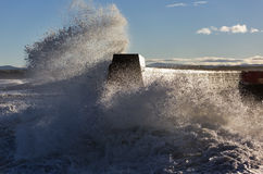 Ondas que se estrellan en Lossiemouth. imagen de archivo libre de regalías