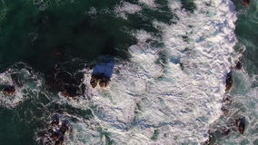 Ondas que se estrellan en rocas almacen de metraje de vídeo