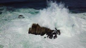 Ondas que se estrellan en rocas en California metrajes