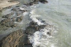 Ondas que se estrellan en rocas foto de archivo