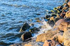 Ondas que se estrellan sobre las piedras de la orilla de mar Báltico Imágenes de archivo libres de regalías
