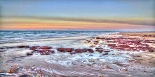 Ondas que se lavan adentro en el punto del este, NT, Australia Imagen de archivo