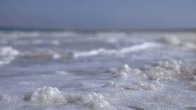 Ondas que se lavan sobre pedazos de la sal del mar almacen de video