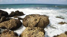 Ondas que se rompen contra rocas en línea de la playa del mar almacen de metraje de vídeo