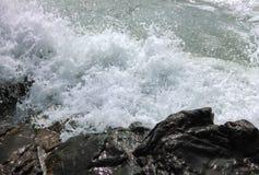 Ondas que se rompen en la costa rocosa Imagen de archivo libre de regalías