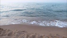 Ondas que se rompen en la línea de la playa almacen de metraje de vídeo