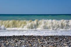 Ondas que se rompen en la orilla. Imagen de archivo libre de regalías